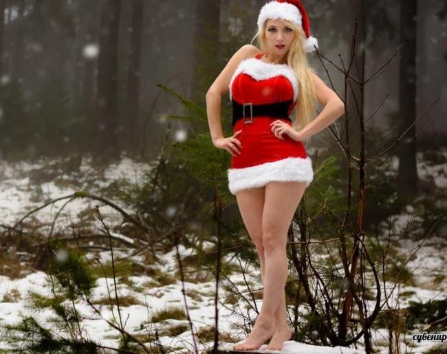Снегурочка на снегу босая стоит, короткая юбка, в теле