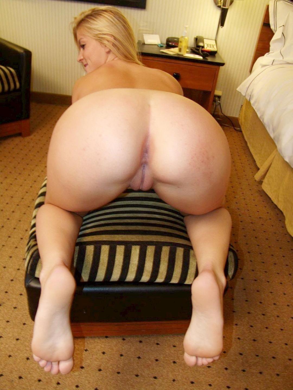 зрелые раком фото блондинки на пуфике с соблазнительно голым задом