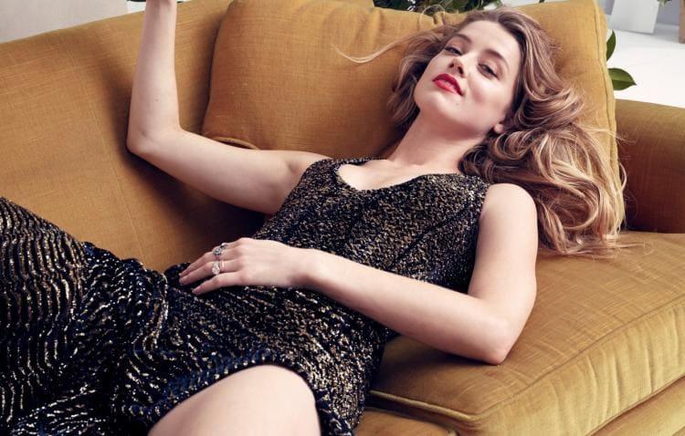 Лежит на спине в платье оголив ногу до письки