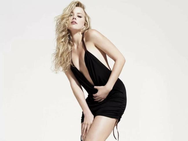 В черном коротком платье, декольте до трусов