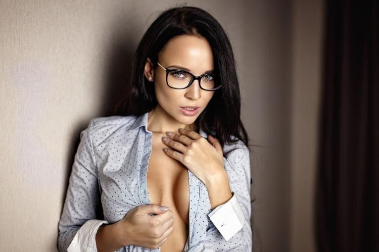 Сексуальная брюнетка в очках расстегнула кофточку