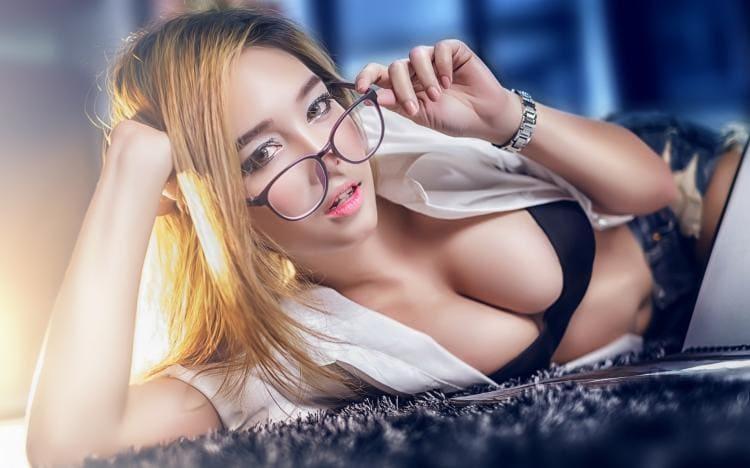 Блондинка в очках, кофточка расстегнута сиськи в лифчике животик