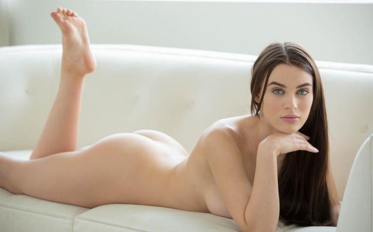 лана роудс голая на животе лежит на белом диване, ножку согнула показывая свою ступню