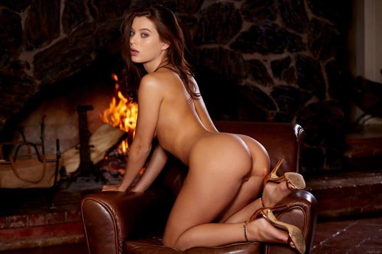 лана роудс голая на коленях стоит возле камина, вид сбоку