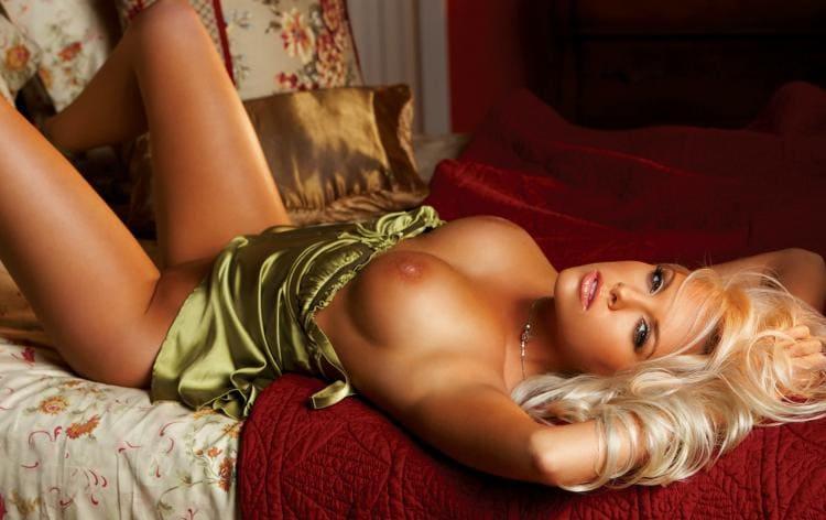 фото голых сексуальных блондинок с красивыми сиськами лежит на спине руки за голову подняты