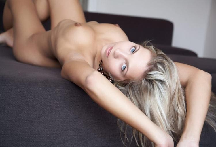 фото голых девушек блондинок, лежит на спине руки подняты вверх, сиськи торчат, вид сверху, глаза серого цвета призывно смотрят