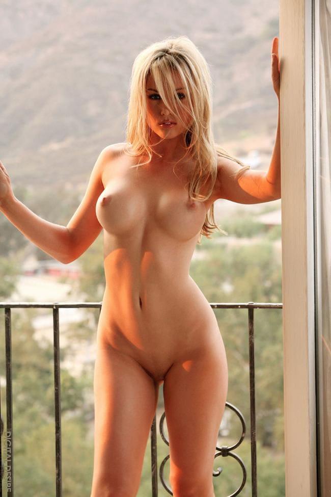 голая блондинка стоя фото на балконе на фоне гор, пизда бритая, волосы распущены, вид спереди