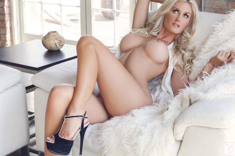 фото с голыми сиськами блондинки красивая изогнулась на кресле, большие сиськи в туфлях на каблуке лежит в белом кресле застеленном меховой накидкой