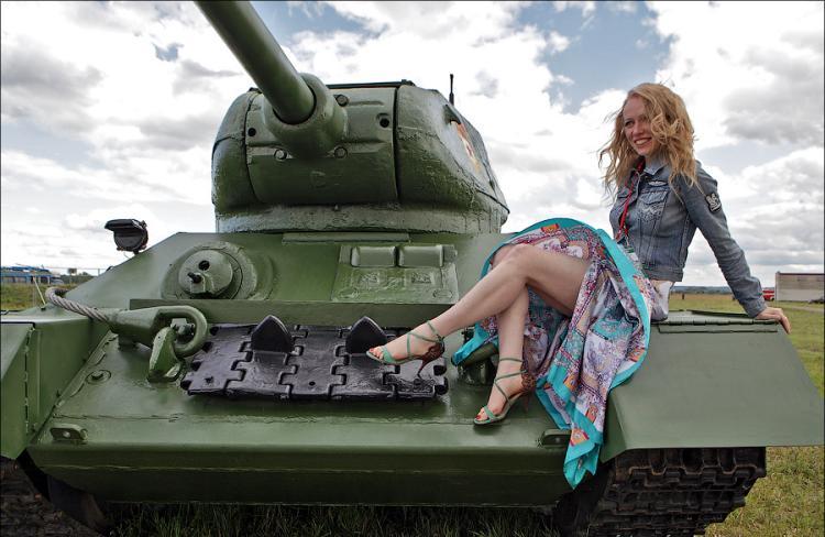 Сидит на танке сексуально оголив ноги