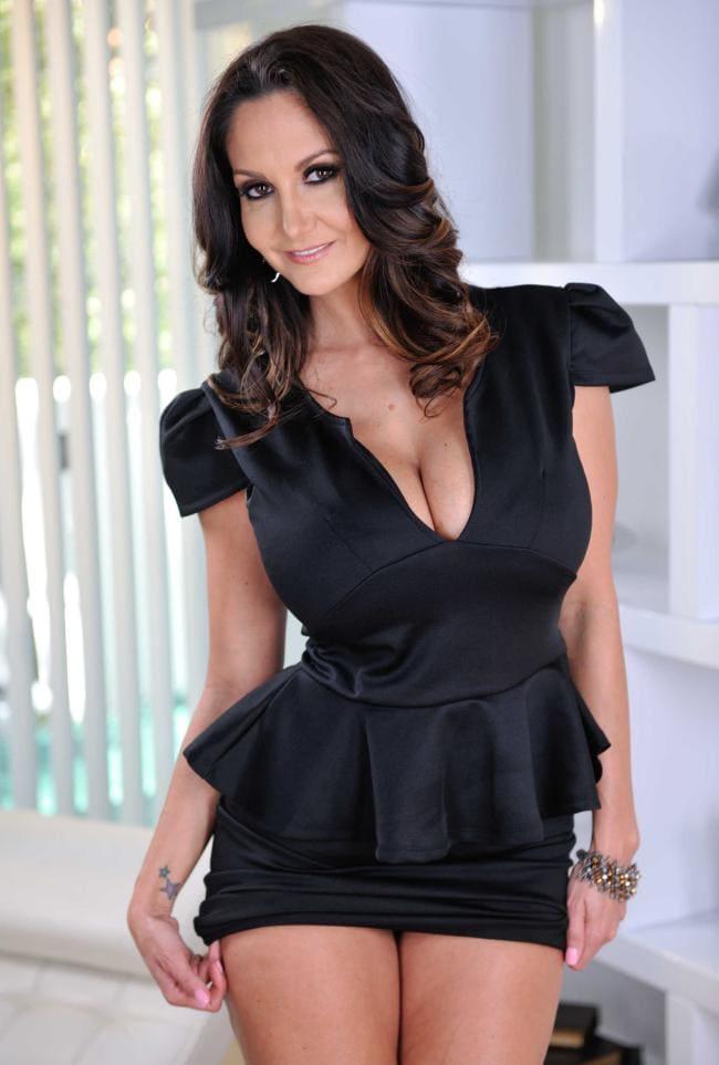 Ава Аддамс фото короткое черное платье, глубокое декольте