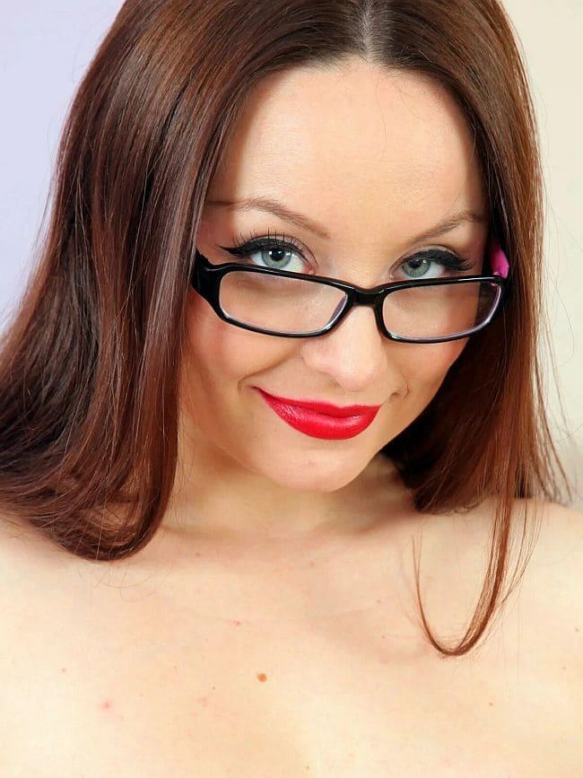 фото Карла Браун лицо крупно сфотографирована в очках, губы накрашены ярко-красной помадой