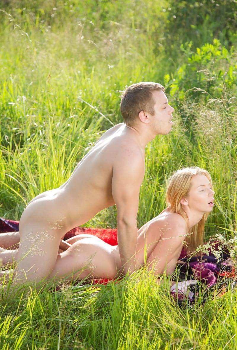 голые девушки на природе порно фото занимаются сексом молодые на лужайке блондинка на животе лежит парень сзади долбит