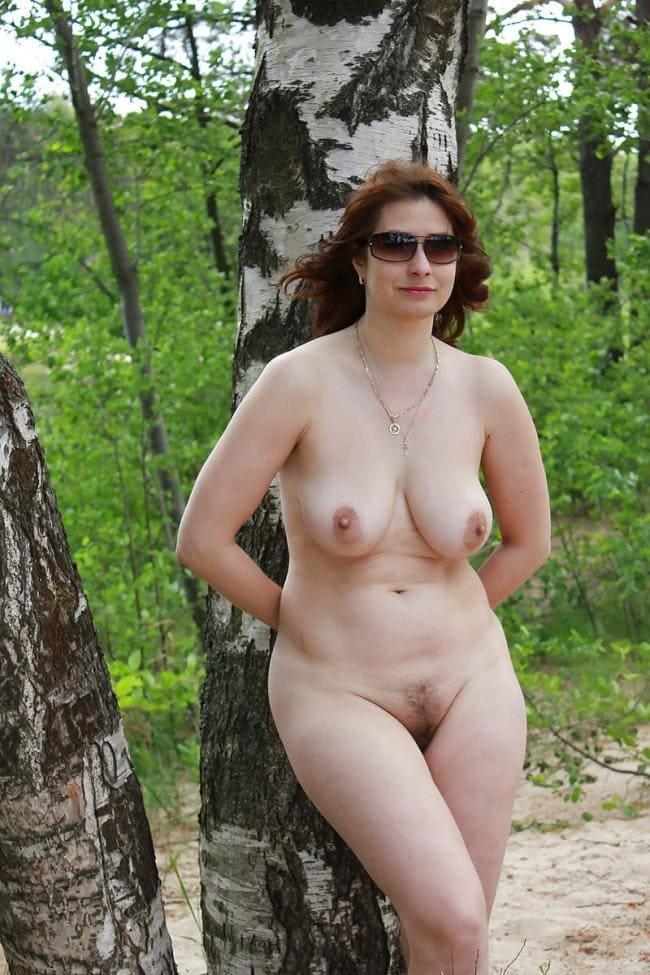 голые зрелые женщины на природе с интимной стрижкой на пизде в лесу у березы в солнцезащитных очках