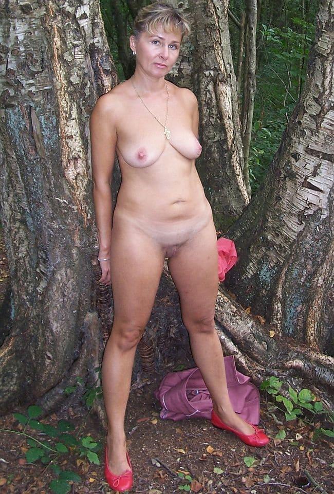 Голые зрелые женщины на природе, стоит около трех берез шикарная милфа с короткой стрижкой, пизда бритая
