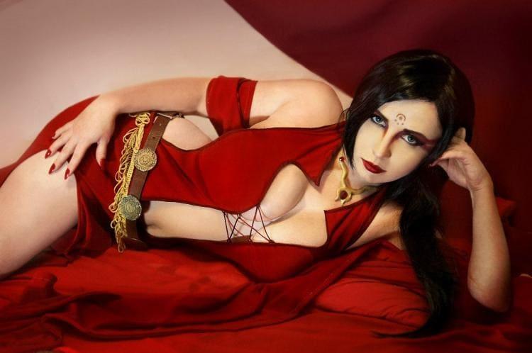 Кэрис ван хаутен эротика фото. Лежит на боку в сексуальном красном платье полуголая