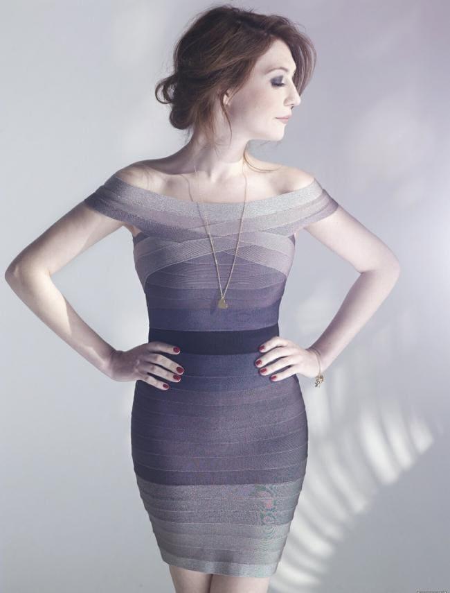 Стоит в обтягивающем коротком платье