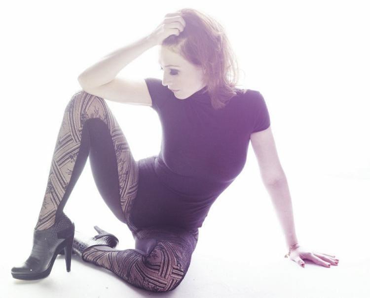 Эротическое фото сидит вы плотных колготках, коротком платье раздвинув ноги