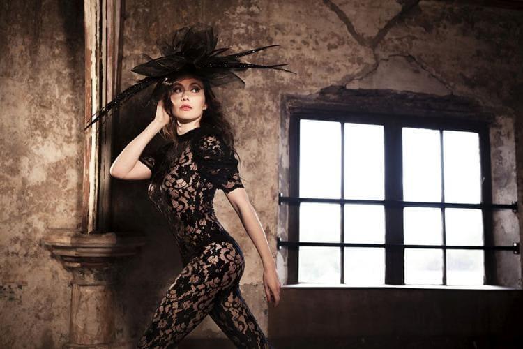 Кэрис ван хаутен эротика. В черном гипюровом комбидрессе и шикарной шляпе стоит вполоборота