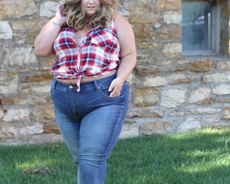 Фото толстая девушка в джинсах и короткой рубашке в клетку