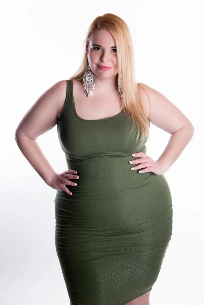Фото шикарной красивая фигуристая толстая девушка в обтягивающем купальнике зеленого цвета с распущенными волосами
