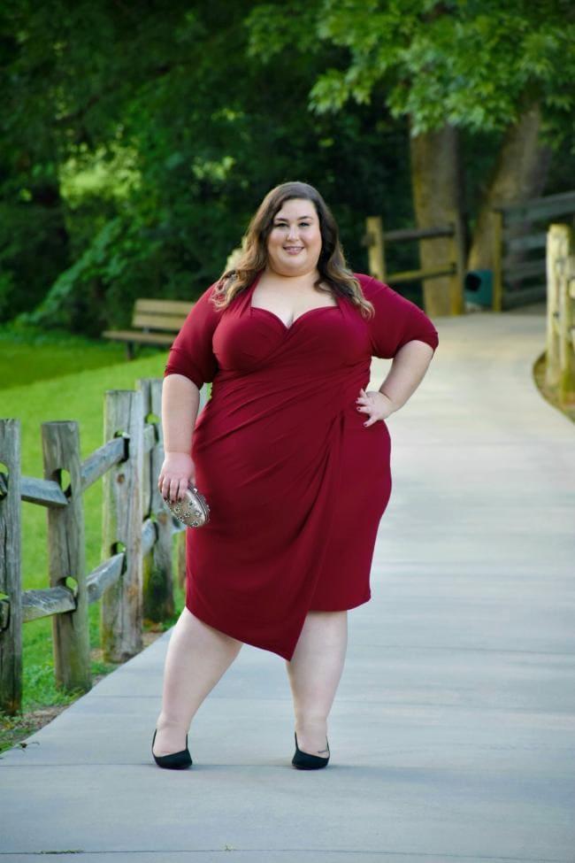 очень толстые девушки фото в платье стоит на тротуаре с деревянным забором в парке