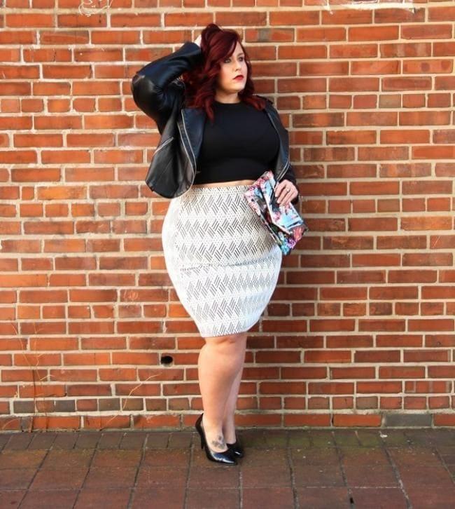 Толстая красивая девушка стоит на правой ступне тату