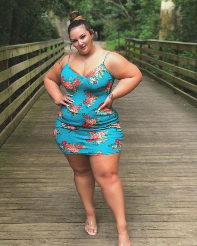фото толстых девушек красивая фигуристая толстая девушка стоит в веселом платье