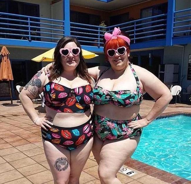 Две толстые женщины в купальнике стоят у бассейна