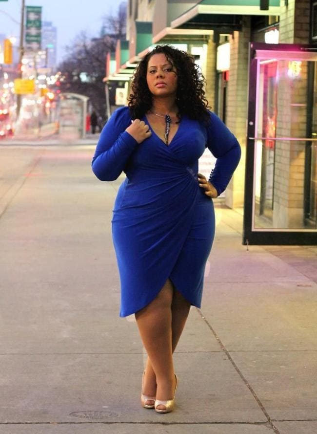 Толстая красивая фигуристая девушка в обтягивающем платье