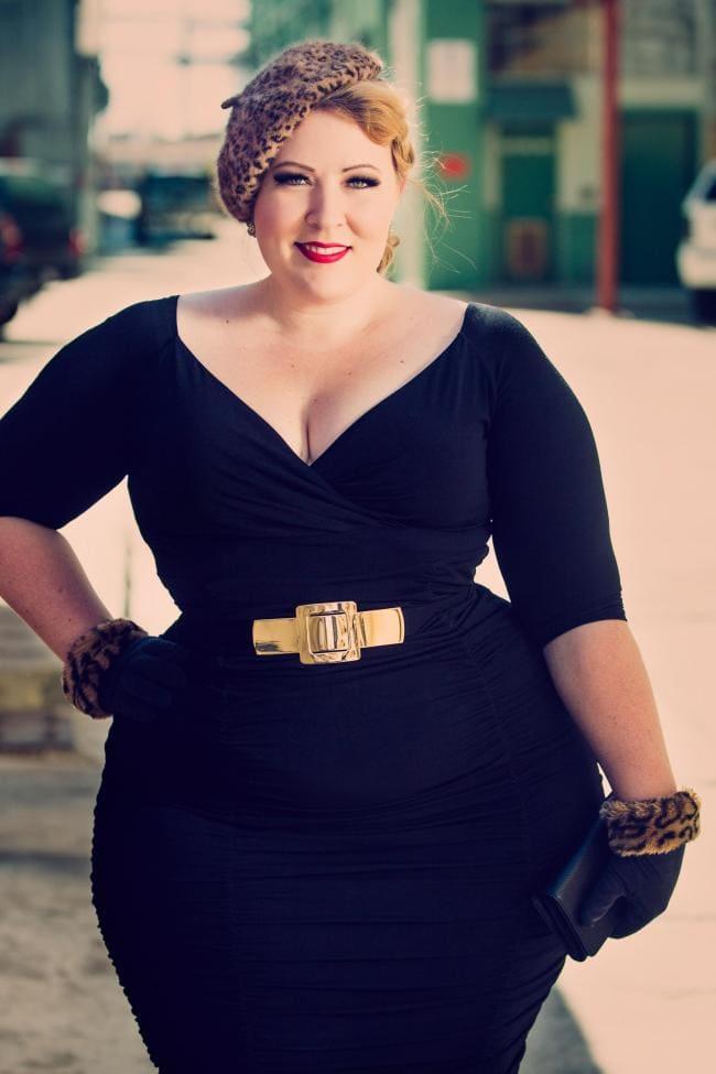 Толстая фигуристая красивая женщина в черном обтягивающем платье. берете и коротких перчатках