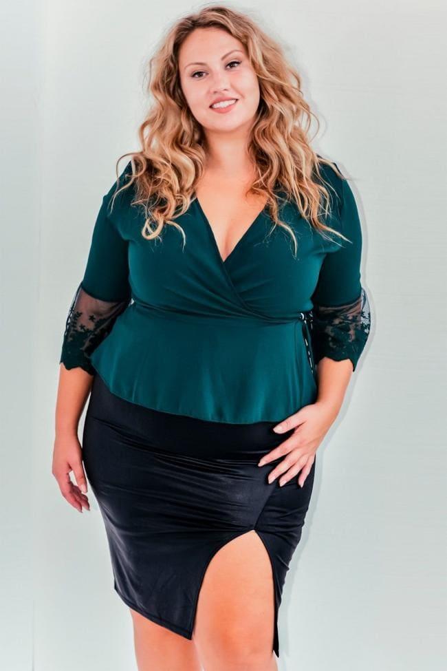 Красивая толстая девушка юбка с разрезом стоит