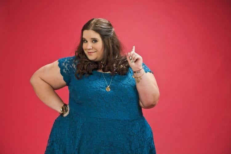 фото толстая красивая девушка в синем платье на красном фоне