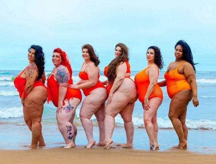 Фото самые толстые девушки фото в купальниках стоят вполоборота на берегу моря жопы животы целлюлит