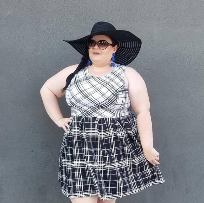 Фото симпатичная толстушка в шляпе очках и коротком платье