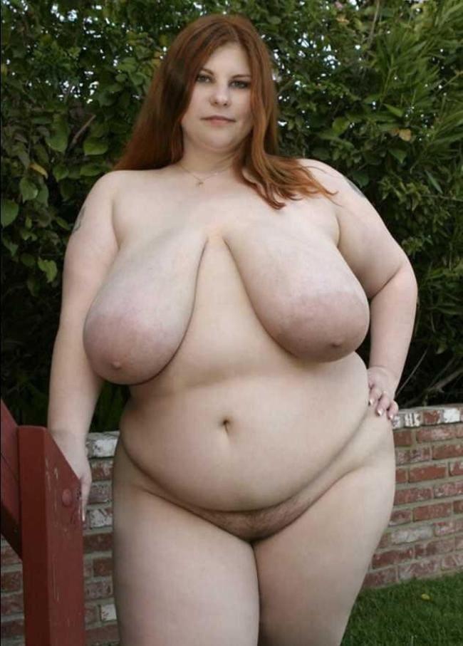 Фото голые толстые женщины красивая стоит демонстрируя большие висячие сиськи. Стоит у кирпичного забора