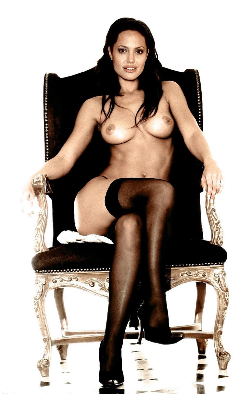 Голая Анджелина Джоли сидит на троне в черных чулках туфлях на высоком каблуке
