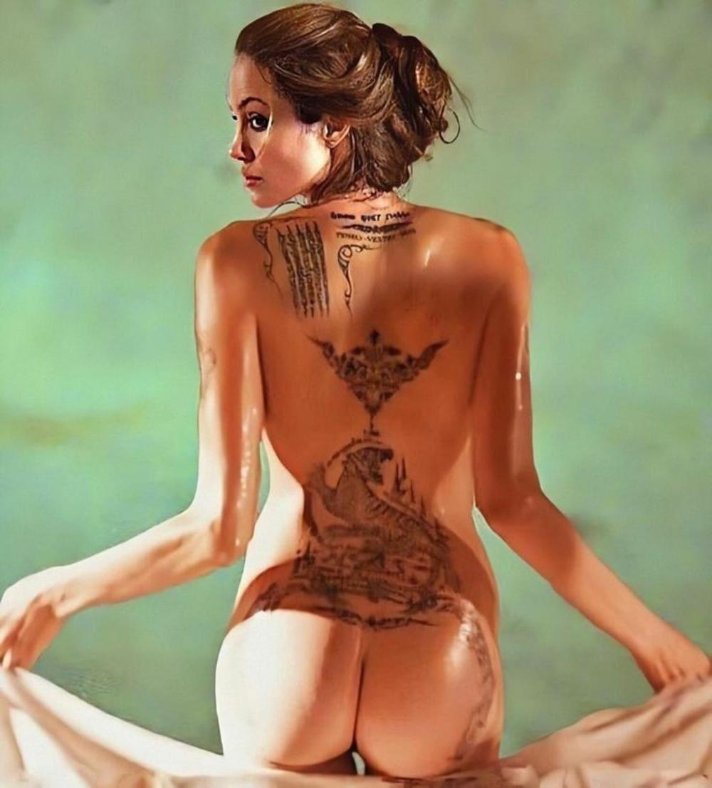 Анджелина Джоли голая расписанная вся тату вид со спины, стоит у края бассейна