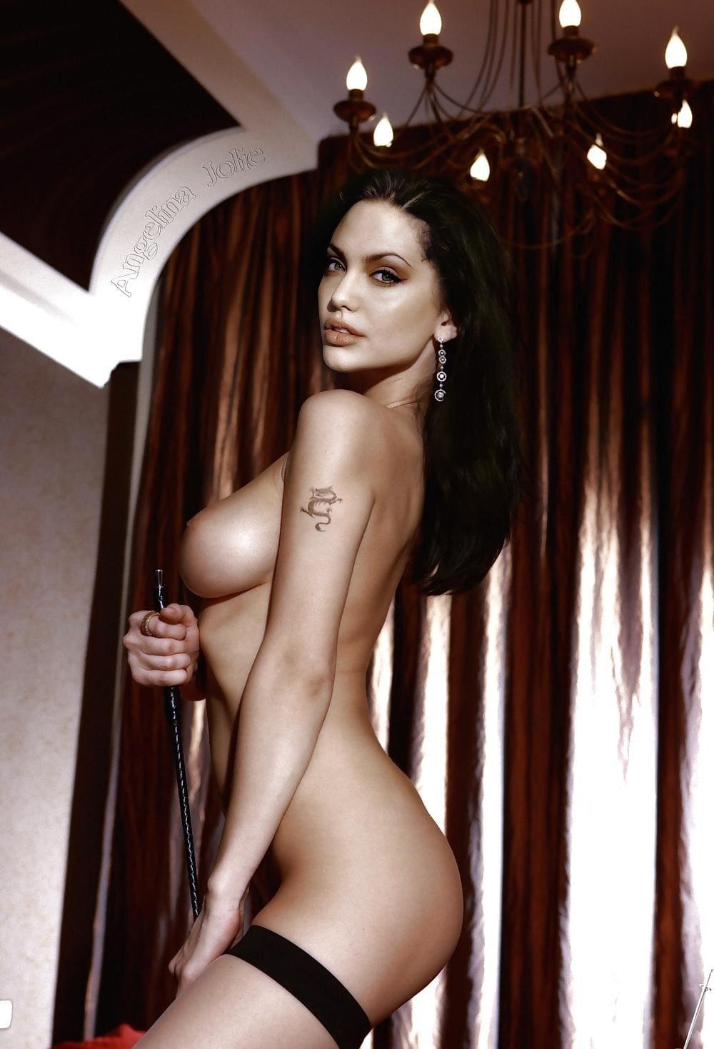 Голая Анджелина Джоли стоит вполоборота, в прозрачных черных чулках