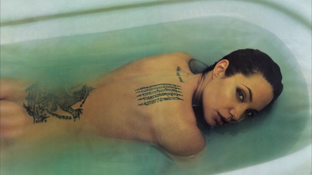 Анджелина Джоли голая лежит в ванной наполненной водой на животе, спина, попа, тату, фото 2020 года