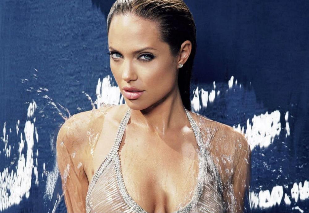 Анджелина Джоли фото в душе