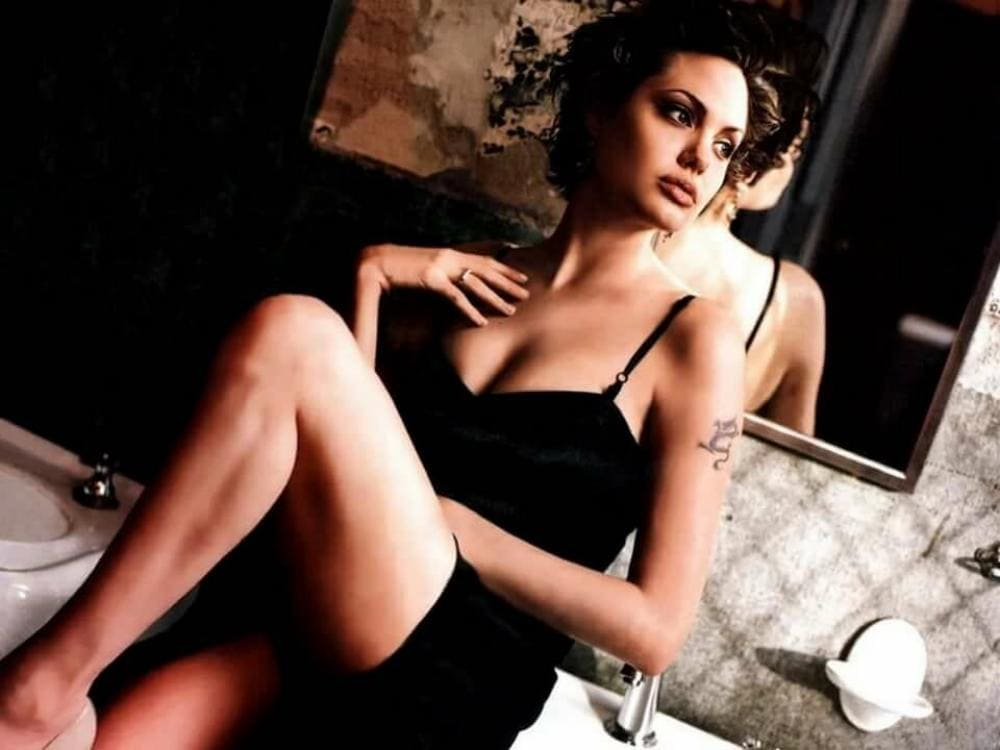 Анджелина Джоли горячие фото в ванной комнате в коротком черном пеньюаре с глубоким декольте