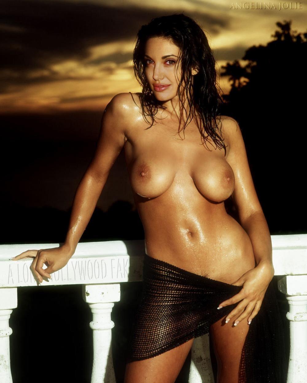 Голая Анджелина Джоли стоит возле перил, кожа блестит, волосы мокрые, бедра немного прикрыты кускам ткани