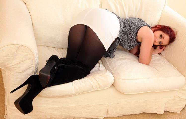 Зрелые женщины красивая раком на диване в черных колготах короткой белой юбке, туфли на высоком каблуке