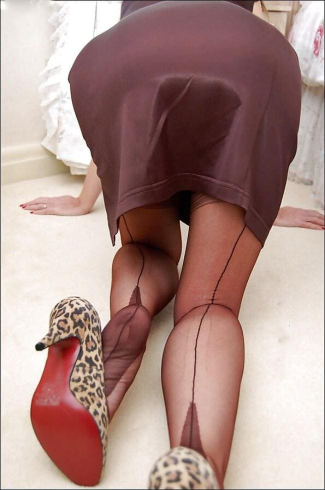 Зрелые жопы раком, фото без лица, юбка прозрачные коричневые чулки с стрелками, туфли пятнистые на каблуке