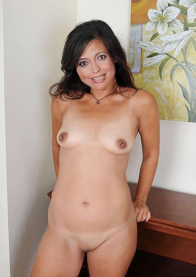 Красивые зрелые азиатки фото голой женщины с маленькой симпатичной грудью и бритой пиздой, стоит оперевшись на бордюр, красивая улыбка, волосы распущены, сексуальный взгляд