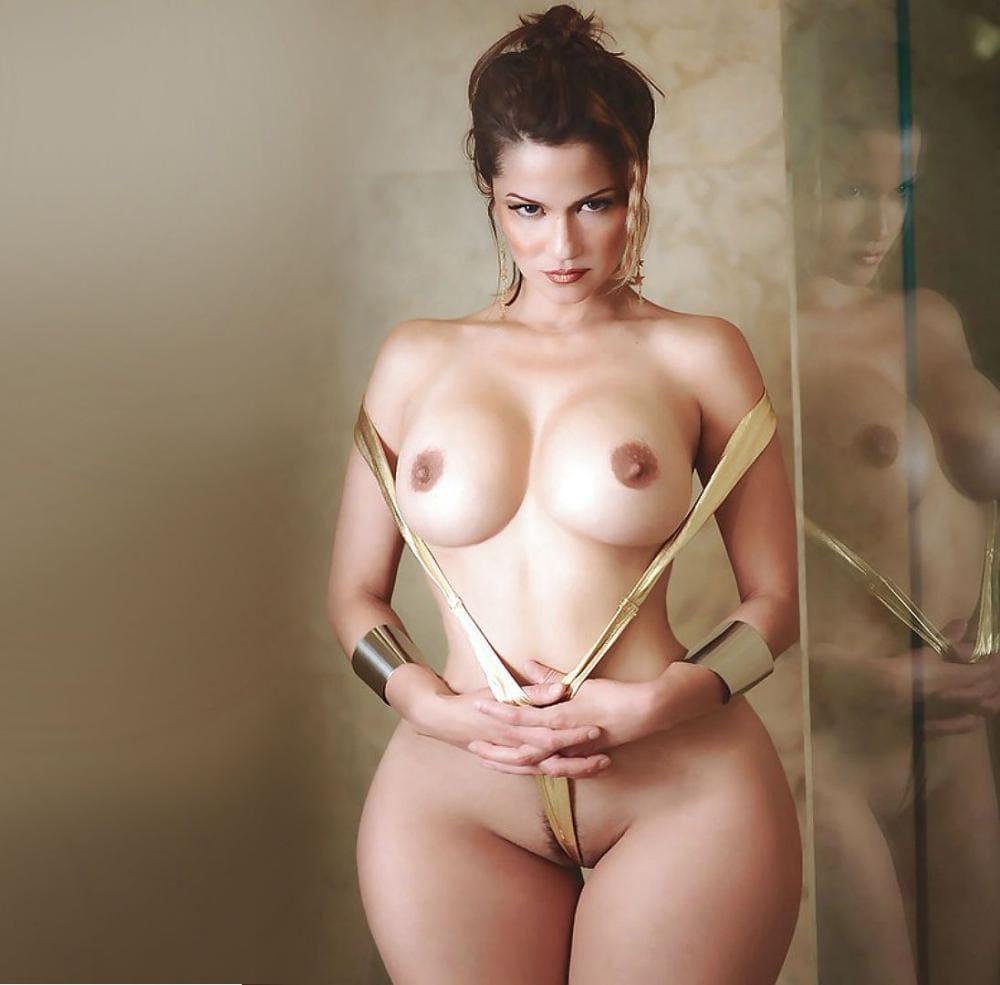 Красивые голые тетки фото красавицы которая стоит, шикарное сексуальное тело, потрясающие сиськи,на руках широкие золотистые браслеты
