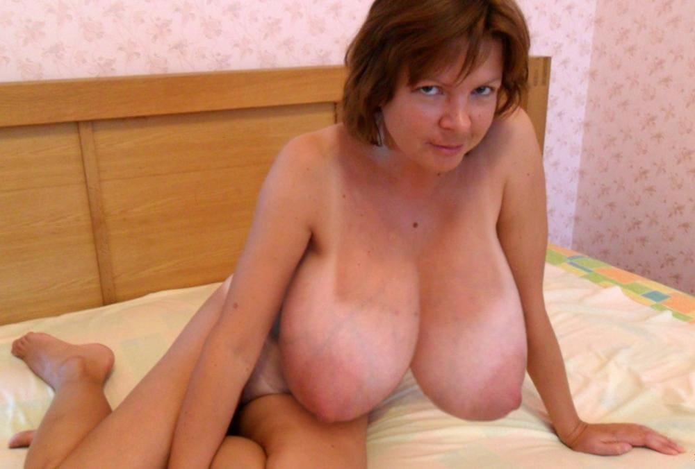 Голые тетки с большими сиськами на кровати сидит