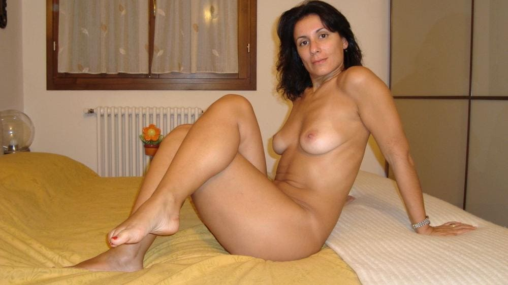 Голые зрелые тетки сидит на кровати ногу закинула за ногу.