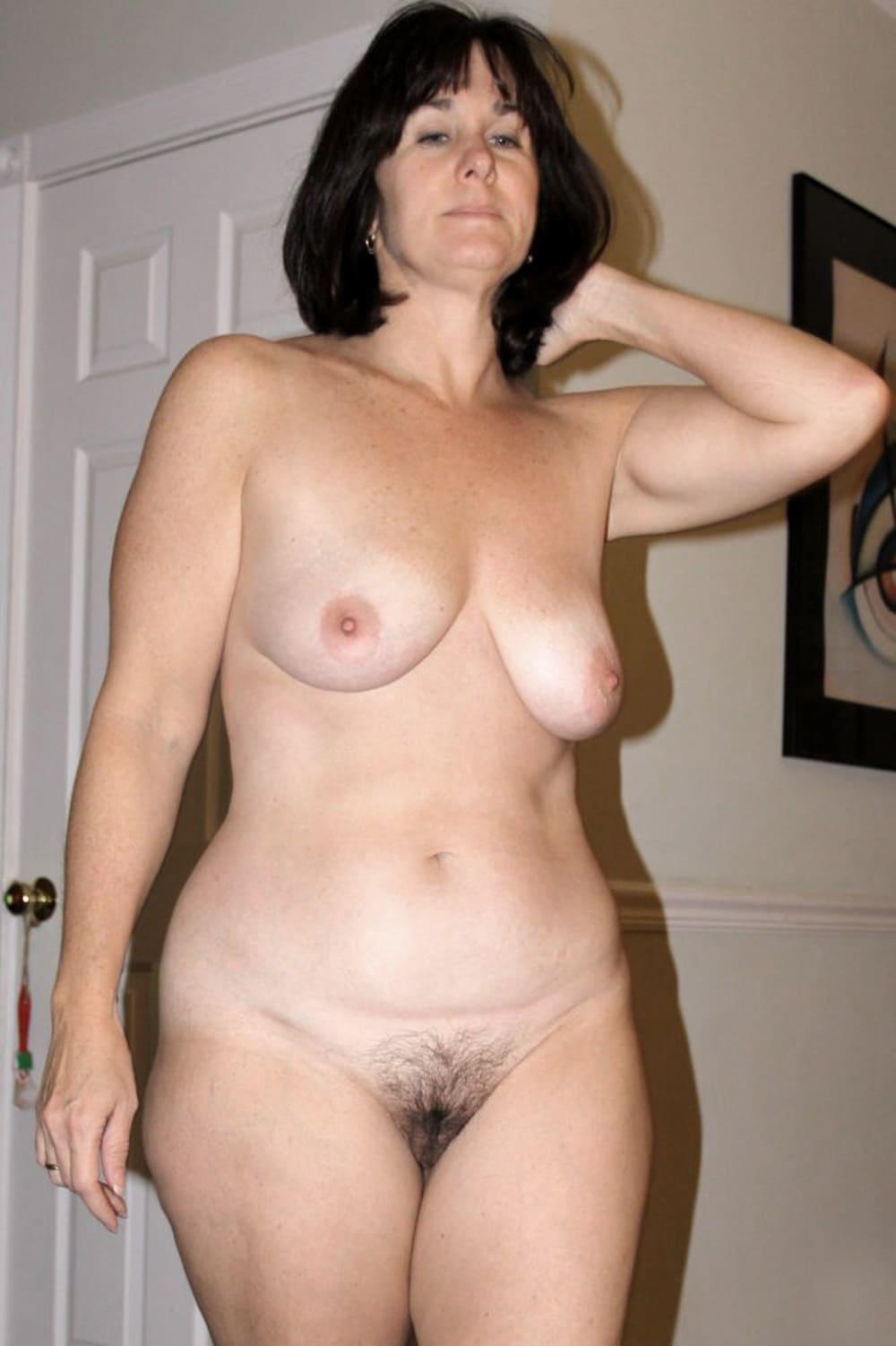 Голые волосатые тетки стоит левую руку подняв, фигура красивая, пизда не бритая, сиськи торчат.