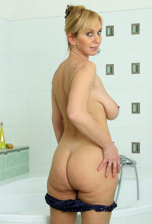 Красивые голые тетки фото в ванной снимает трусы, вид сбоку, сиськи болтаются соски видны